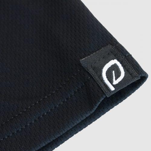 zwart sportshirt heren closeup mouw