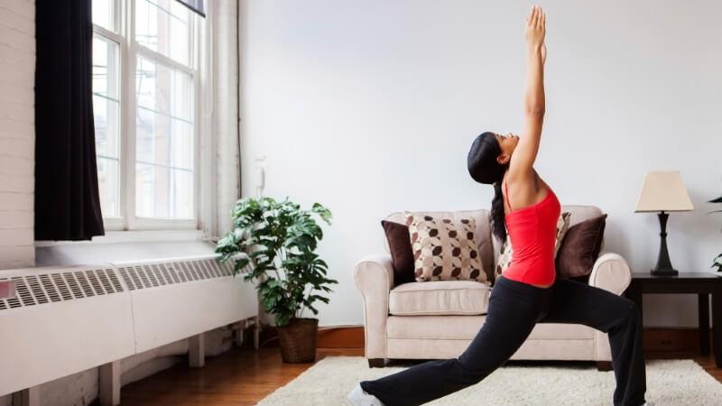 thuis sporten zonder apparaten in de woonkamer